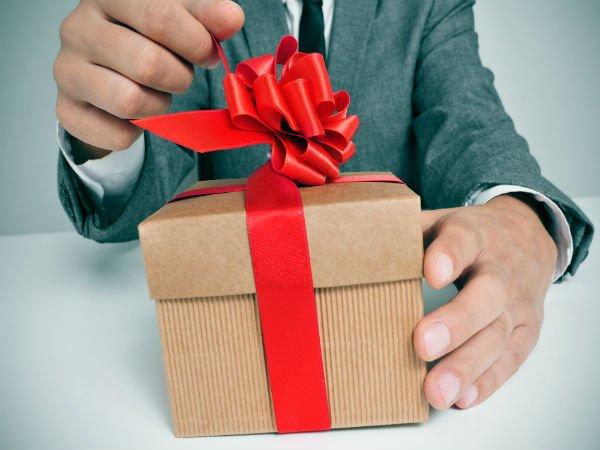 5 consejos sobre cómo regalar un gran obsequio corporativo.